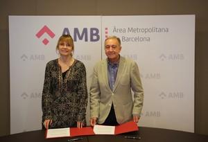 La alcaldesa Lluïsa Moret y Antonio Poveeda (AMB) durante la firma del convenio de colaboración