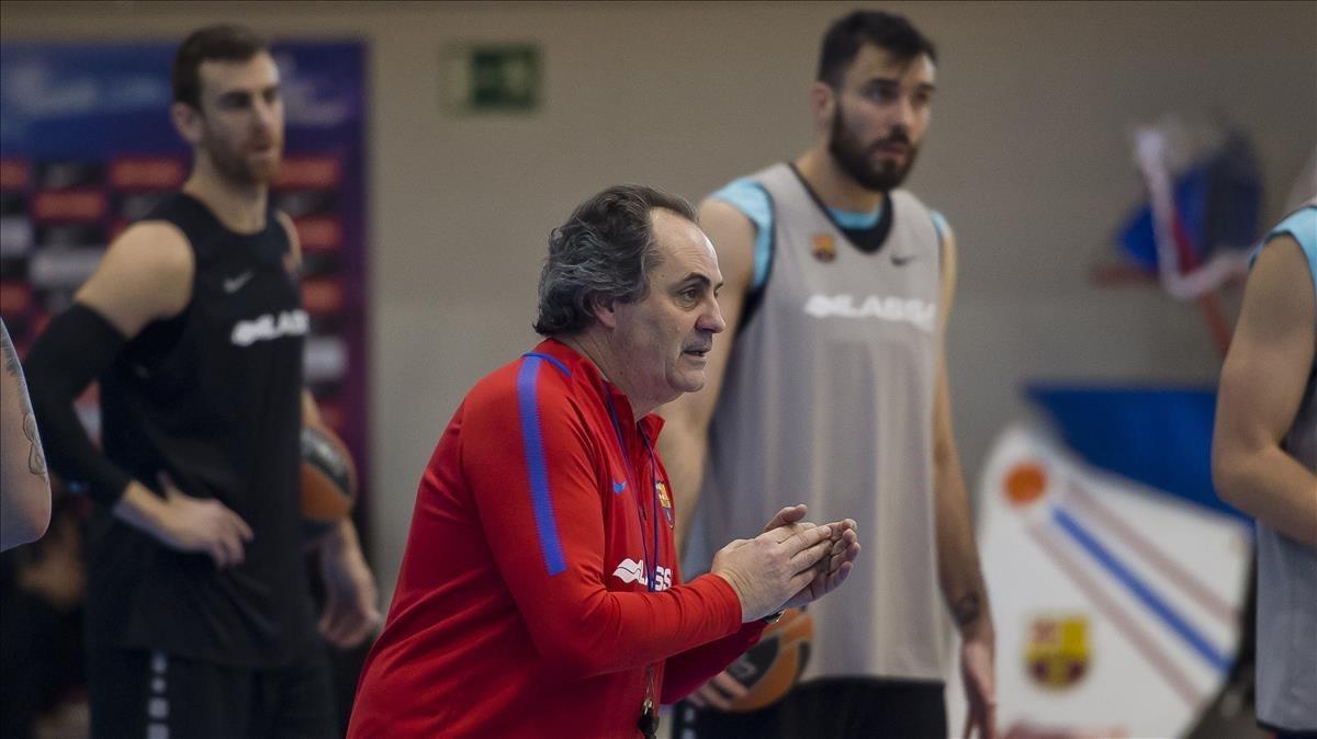 Alfred Julbe conversa con los jugadores del Barça en el entrenamiento