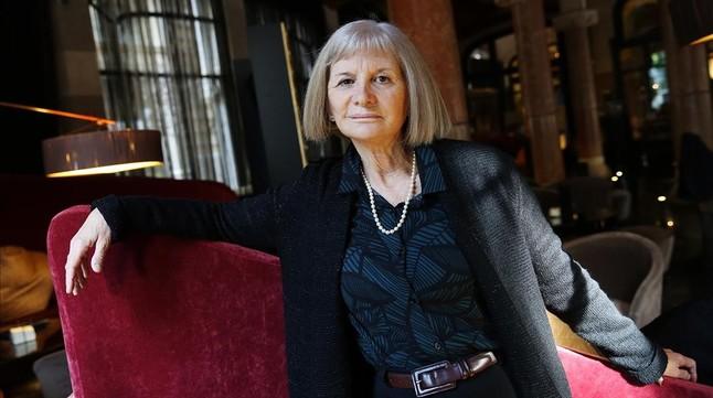 Alicia Giménez Bartlett, en uno de los sillones del bar del Hotel Casa Fuster