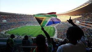 Ambiente festivo en las gradas de un estadio de fútbol