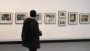 Una de las paredes de la exposición dedicada a la editorial Gustau Gili, con imágenes de Picasso, la familia Gili, Miró, Sert, y otros protagonistas.