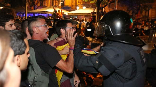 Hoy, un año después, el independentismo vuelve a la Conselleria para reclamar la libertad de los políticos encarcelados.