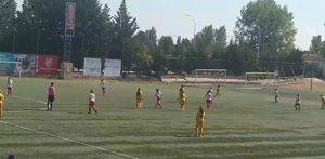 La passivitat d'un àrbitre durant un partit de futbol femení: no es mou del centre del camp
