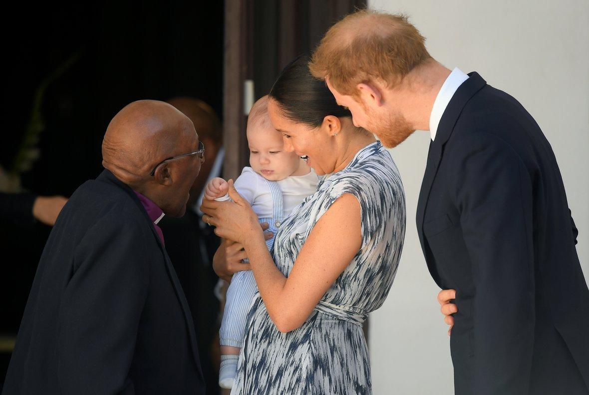 Archie, sus padres y el arzobispo Desmond Tutu.