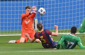 Arnau Tenas detiene un balón en el duelo con el Cornellà en el estadi Johan Cruyff.
