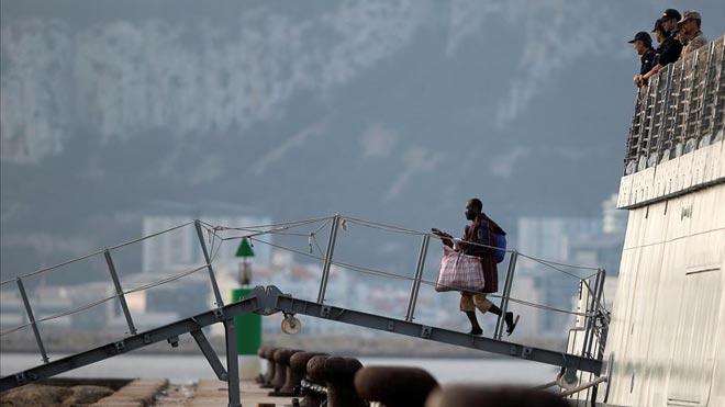 'El Audaz' llega al puerto de San Roque con 15 migrantes del 'Open Arms'.