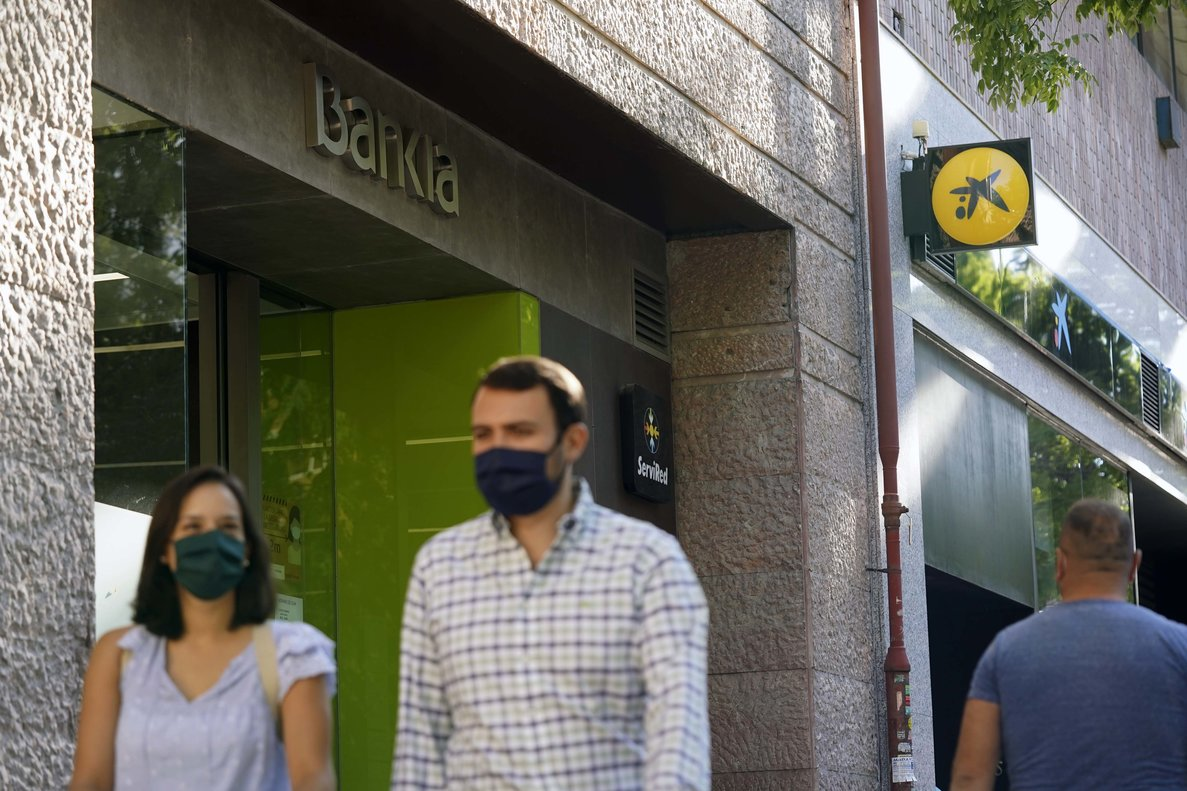 Fachadas de Bankia y CaixaBank en Madrid.