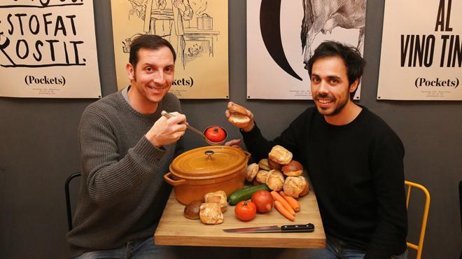 Marcos González y Nacho Bueno, con el cocinero Pep Garrido, explican los bocadillos con estofado.