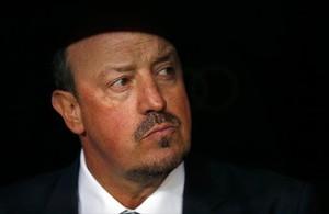 Benítez, con el rostro serio, durante el clásico del sábado en el Bernabéu.