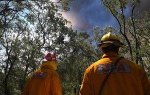 Bomberos trabajan en la extinción de un fuego en Nueva Gales del Sur, en Australia.