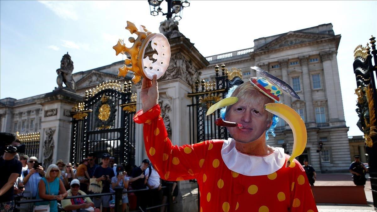 Un manifestante con la careta de BorisJohnson ayer frente al Palacio deBuckingham.