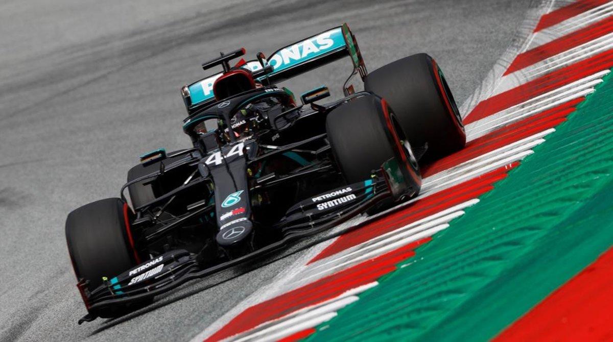 El campeón Lewis Hamilton y su Mercdes, totalmente negro por su lucha contra el racismo, fue el más veloz hoy en Austria.