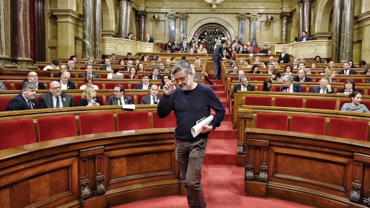 Carles Riera abandona el hemiciclo del Parlament.