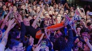 Guille Milkyway, en brazos de asistentes al concierto de La Casa Azul en una sala de Ciudad de México.
