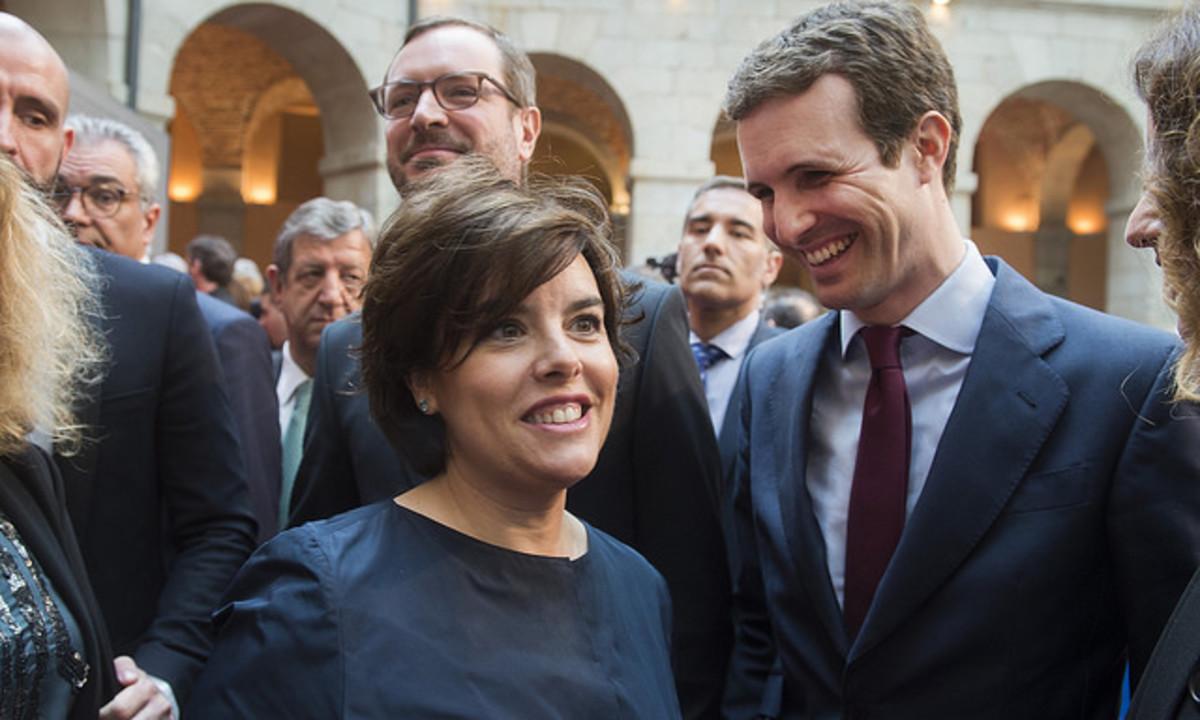 Soraya Sáenz de Santamaría, Pablo Casado y Javier Maroto (detrás), en los actos del Dos de Mayo.