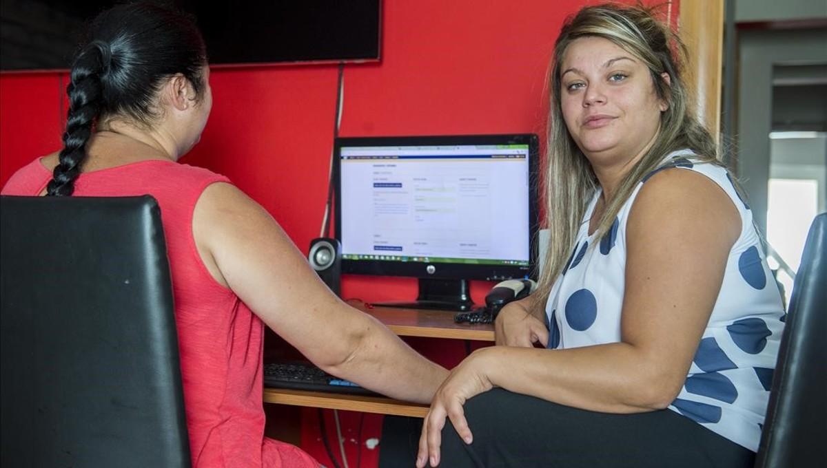 Catalina Salvado (derecha), afectada por la huelga de examinadores de tráfico,consulta junto a su hermana Brígida precios de billetes para ir a examinarse a Salamanca.