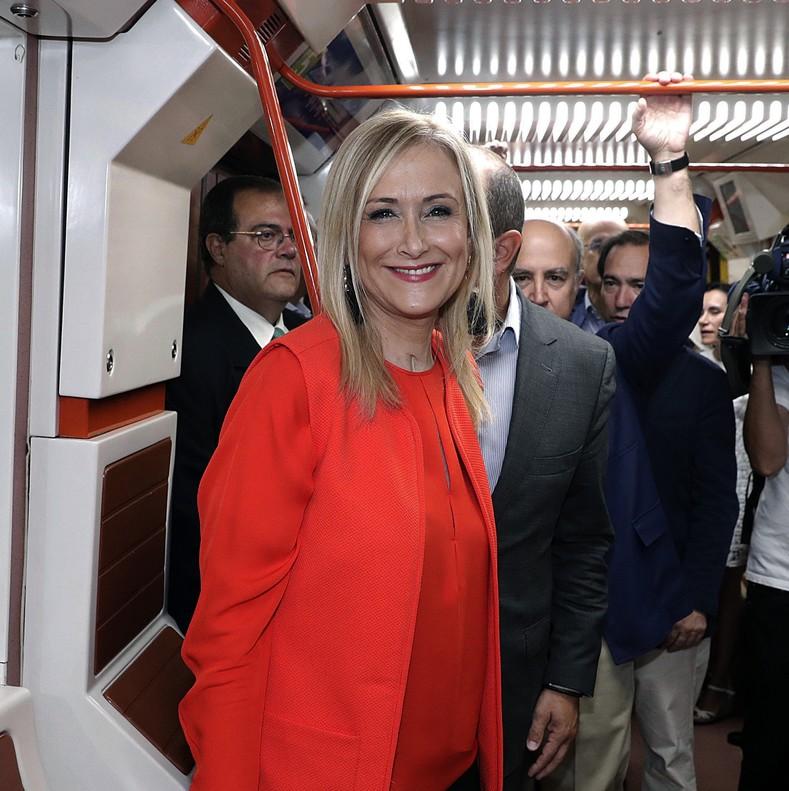 Fotografia facilitada por la Comunidad de Madrid de la presidenta Cristina Cifuentes durante la visita realizada hoy a las estaciones de Canillejas Torre Arias y Suanzes.