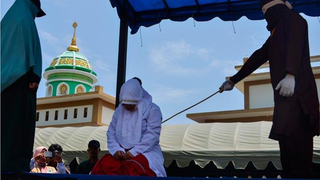 Cinco parejas indonesias azotadas en Aceh por verse a solas sin estar casados.