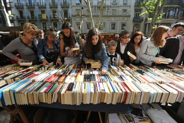 Ciudadanos ante una parada de libros en laRamblade Barcelona.
