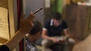 Clientes en un club de cannabis.