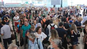 Colas para pasar el control de seguridad en la T1 del aeropuerto de El Prat, en julio del 2017