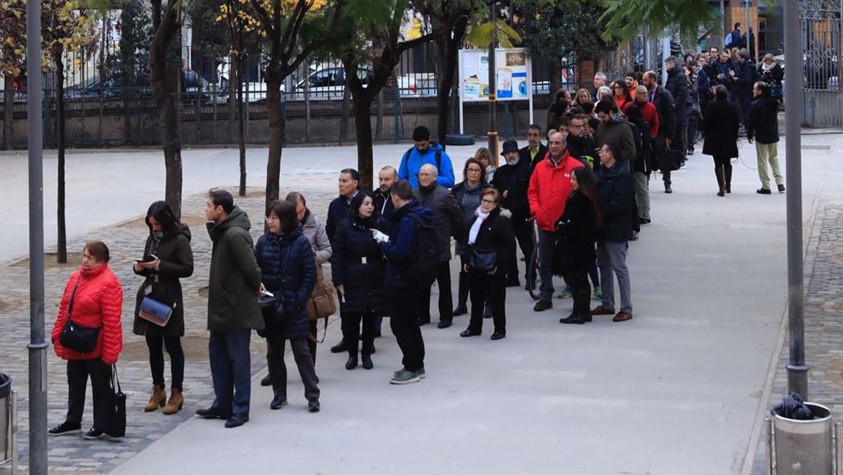 Colas para votar en el colegio Ramon Llull de Barcelona.