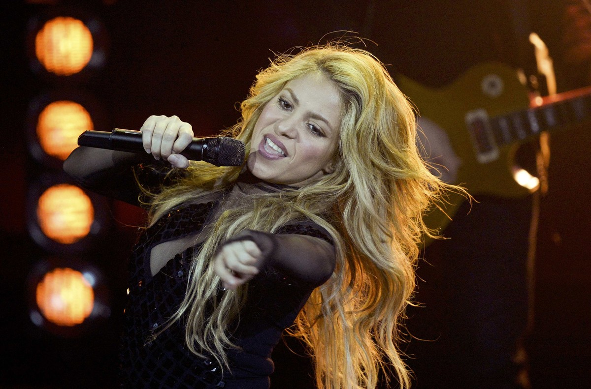 Colombian singer Shakira performs during the 2014 Echo Music Awards in Berlin March 27, 2014. Established in 1992, the German Phonographic Academy honours national and international artists with the Echo German music prize. REUTERS/Johannes Eisele/Pool (GERMANY - Tags: ENTERTAINMENT)