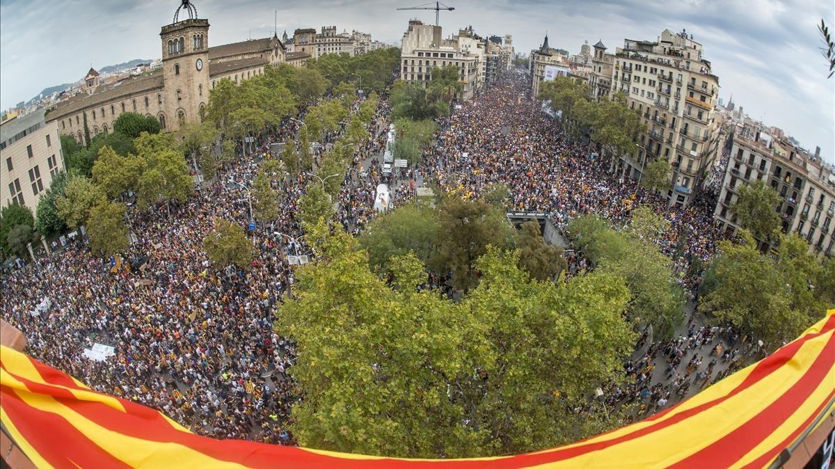 Concentración de miles de personas en Plaça Universitat.