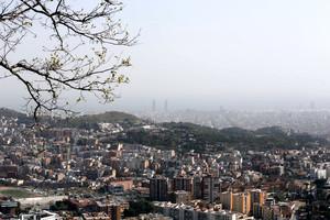 El polvo en suspensión vela el horizonte sobre la llanura de Barcelona, este martes, en una imagen tomada desde Collserola.