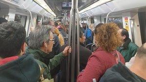 Aglomeraciones en la L5 del metro de Barcelona, a la altura de la parada de Badal, poco antes de las 7.30 de la mañana.