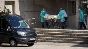 Traslado de fallecidos en la residencia de mayores DrGonzalez Buenoen Madrid.