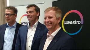 El máximo responsable tecnológico de Covestro, Klaus Schäfer, el consejero delegado, Markus Steilemann, y el director general en España, Andrea Firenze.