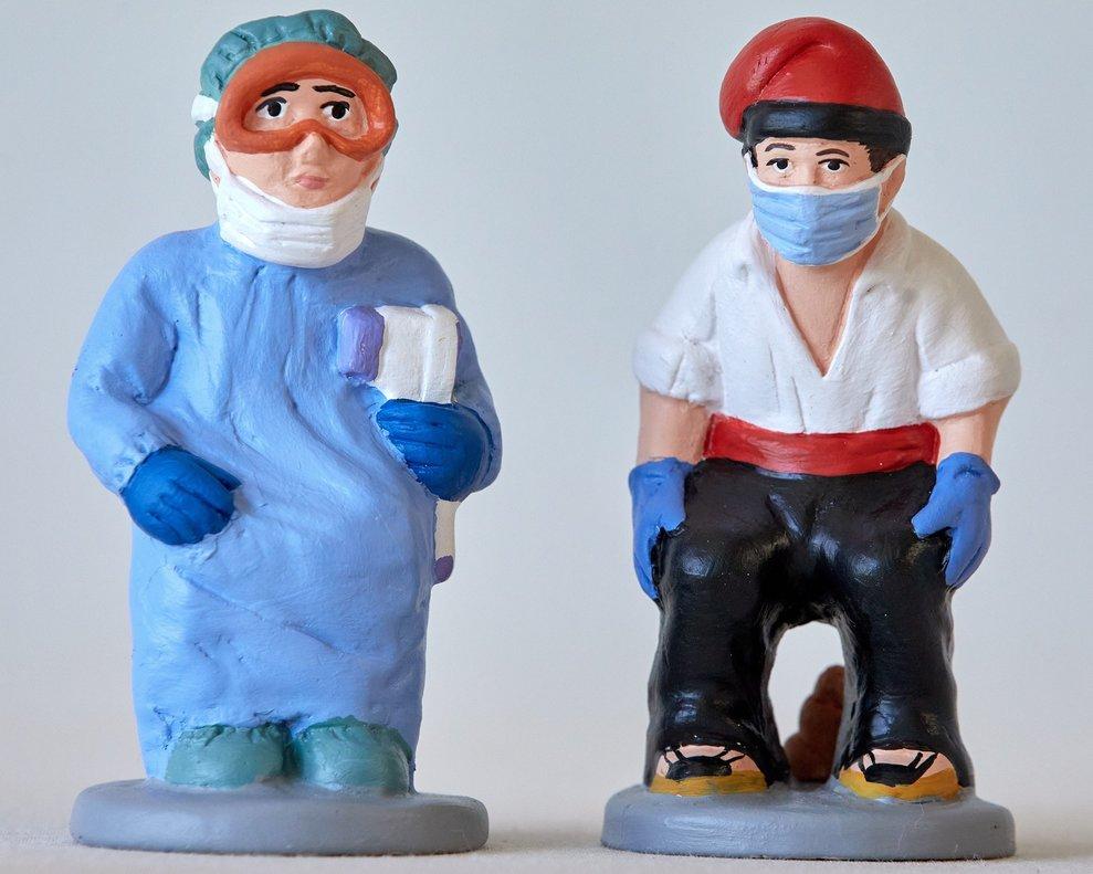 La empresa caganer.com, que cada año fabrica con caras de famosos estas típicas figuras del pesebre catalán que representan a una persona mientras defeca en señal de buenos augurios, acaba de crear las de un médico y un agricultor con mascarilla a modo de homenaje.