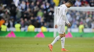Cristiano Ronaldo abandona decepcionado el Bernabéu tras la derrota con el Atlético.