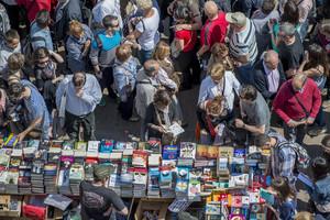 Un Sant Jordi lleno de libros y gente en Las Ramblas.