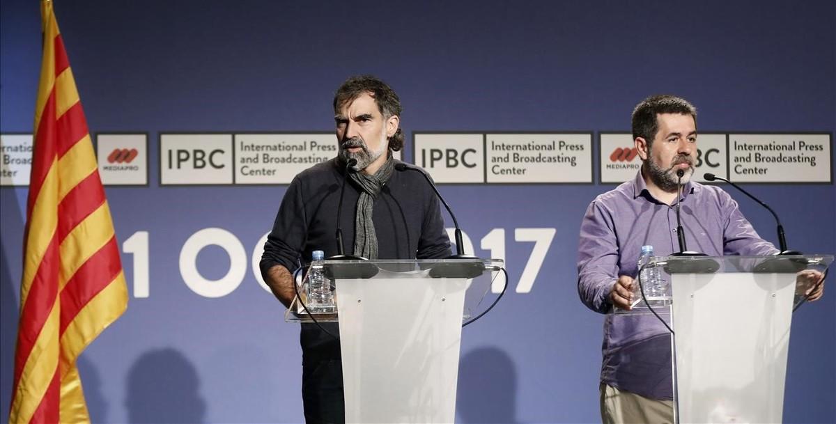 El presidente de Òmnium Cultura, Jordi Cuixart,y el de la ANC, Jordi Sànchez, durante la rueda de prensa celebrada este sábado.