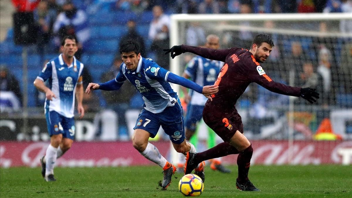 El defensa del Barcelona Gerard Piqué y el delantero del Espanyol Gerard Moreno, durante el partido disputado en Cornellà el pasado mes de febrero.