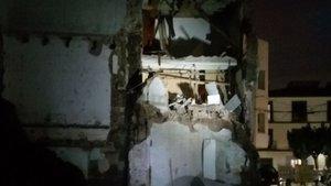 Fachada derrumbada este domingo por la noche en Sentmenat.