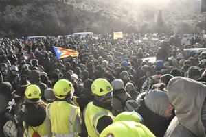 Desalojo de manifestantes, la mañana del martesen la autopista, a la altura de la frontera con Francia.