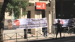 Pancartas colocadas en la sede del PSOE de la calle Ferraz contra la exhumación de Franco