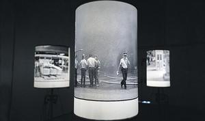 Un detalle de la oscura escenografía de la exposición 'La ferida d'Hipercor'.