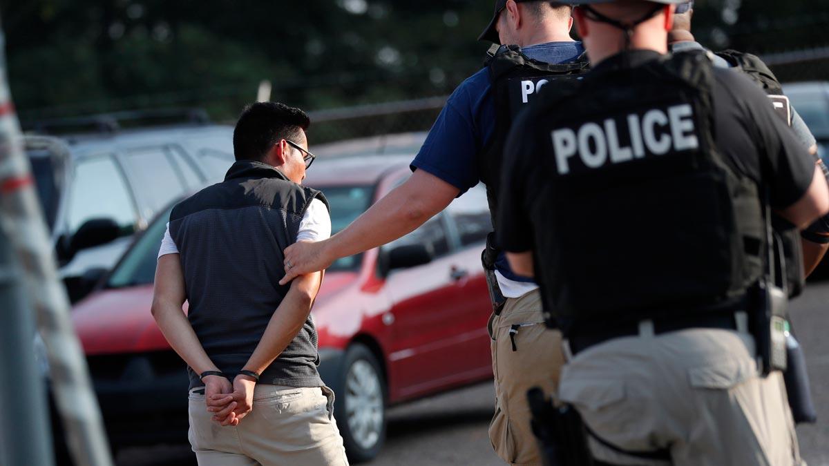 Detenidos en Misisipi (Estados Unidos) 680 inmigrantes en la mayor redada en una década.