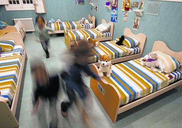 Diversos nens tutelats corren a l'habitació que ocupen en un CRAE, el 2011.