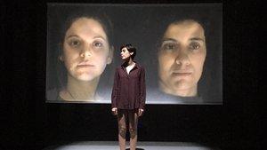 Roser Tapias, en escena con los rostros de Cristina López y Neus Pàmies en la pantalla de fondo.