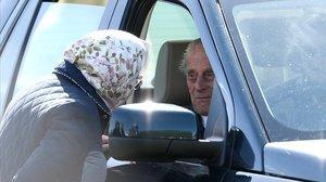 El duque de Edimburgo, al volante de un vehículo, charla con su esposa, la reina Isabel II, en una imagen de mayo pasado.
