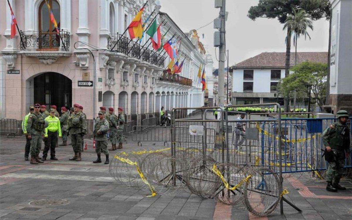 Efectivos militares y dela policía resguardan las calles de Quito, Ecuador.