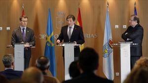 Los presidentes de Galicia, Alberto Núñez Feijóo,de Asturias, Javier Fernandez,y de Castilla y Leon, Juan Vicente Herrera, presentan en Oviedo una declaración autonómicaconjunta.
