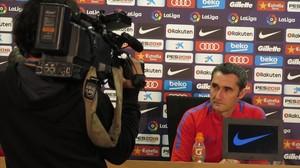 Ernesto Valverde, hoy, ante las cámaras de TV en la Ciudad Deportiva Joan Gamper.