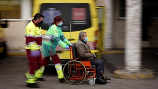 España ya registra 85.195 casos de coronavirus y 7.340 fallecidos. En la foto, traslado de un enfermo en el Hospital 12 de octubre de Madrid.