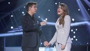 Alfred y Amaia, cogidos de la mano, interpretan Tu canción.